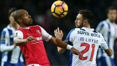 FC Porto's Layun (R) in action against Sporting de Braga's Wilson Eduardo during their Portuguese First League soccer match held at Dragao stadium, Porto, Portugal, 03 December 2016. EFE