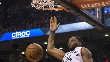 Norman Powell, de los Raptors de Toronto, realiza una volcada ante los Nets de Brooklyn, en el partido realizado el martes 20 de diciembre de 2016 (Chris Young/The Canadian Press via AP)
