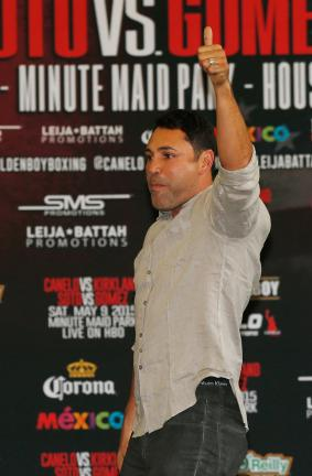 "El promotor  Oscar De La Hoya  durante la ceremonia de pesaje de la pelea entre Saúl ""Canelo"" Alvarez y James Kirkland, rumbo a su pelea en el Minute Maid Park de Houston, Texas. (Photo by Scott Halleran/Getty Images)"