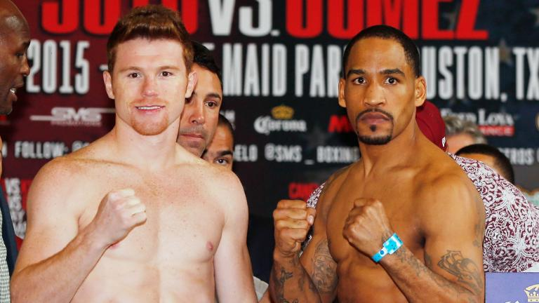 "Saúl ""Canelo"" Alvarez y James Kirkland en la ceremonia de pesaje, rumbo a su pelea en el Minute Maid Park de Houston, Texas. (Photo by Scott Halleran/Getty Images)"