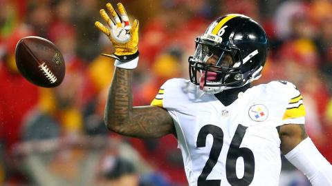 Running back Le'Veon Bell #26 of the Pittsburgh Steelers against the Kansas City Chiefsin the AFC Divisional Playoff game at Arrowhead Stadium on January 15, 2017 in Kansas City, Missouri. (Photo by Dilip Vishwanat/Getty Images)