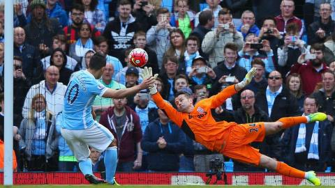 Sergio Aguero of Manchester City scores the second goal of the game during the Barclays Premier League at Etihad Stadium on April 23, 2016 in Manchester, United Kingdom.  (Photo by Alex Livesey/Getty Images)