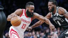 James Harden (13) de Houston Rockets enfrenta a DeMarre Carroll (9) de los Brooklyn Nets, el martes 6 de febrero de 2018. (AP Foto)