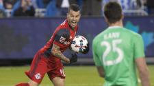El delantero Sebastian Giovinco (10) tras marcar un gol para el Toronto FC en el partido contra Atlanta United, el sábado 8 de abril de 2017. (Chris Young/The Canadian Press via AP)