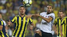 Besiktas' Cenk Tosun (R) in action against Fenerbahce's Roman Petrovich Neustadter (L) during Turkish Super League soccer match in Istanbul, Turkey 23 September 2017. (Estanbul, Turquía) EFE